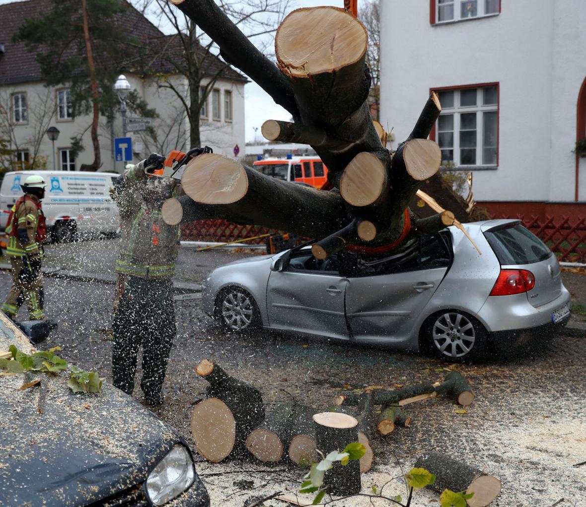 Následky větrné smršti v Berlíně