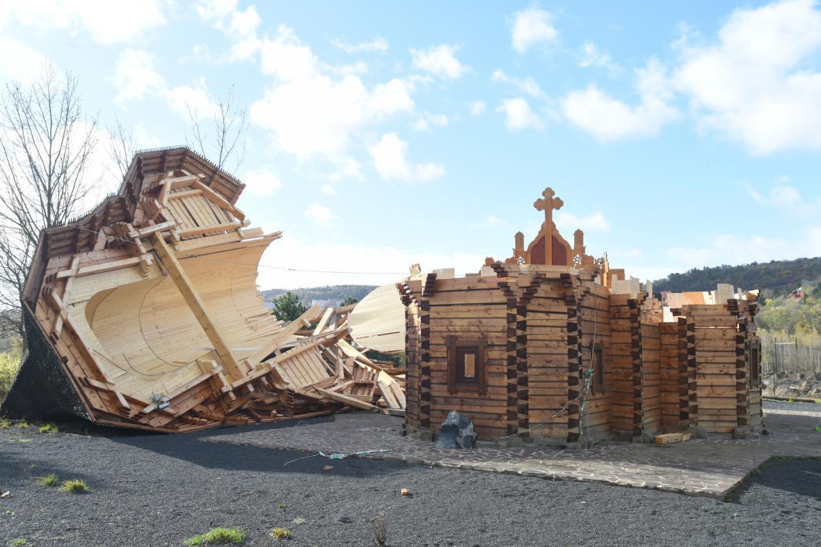 V neděli se v Mostě zřítil pravoslavný dřevěný kostel. Zřejmě kvůli silnému větru.