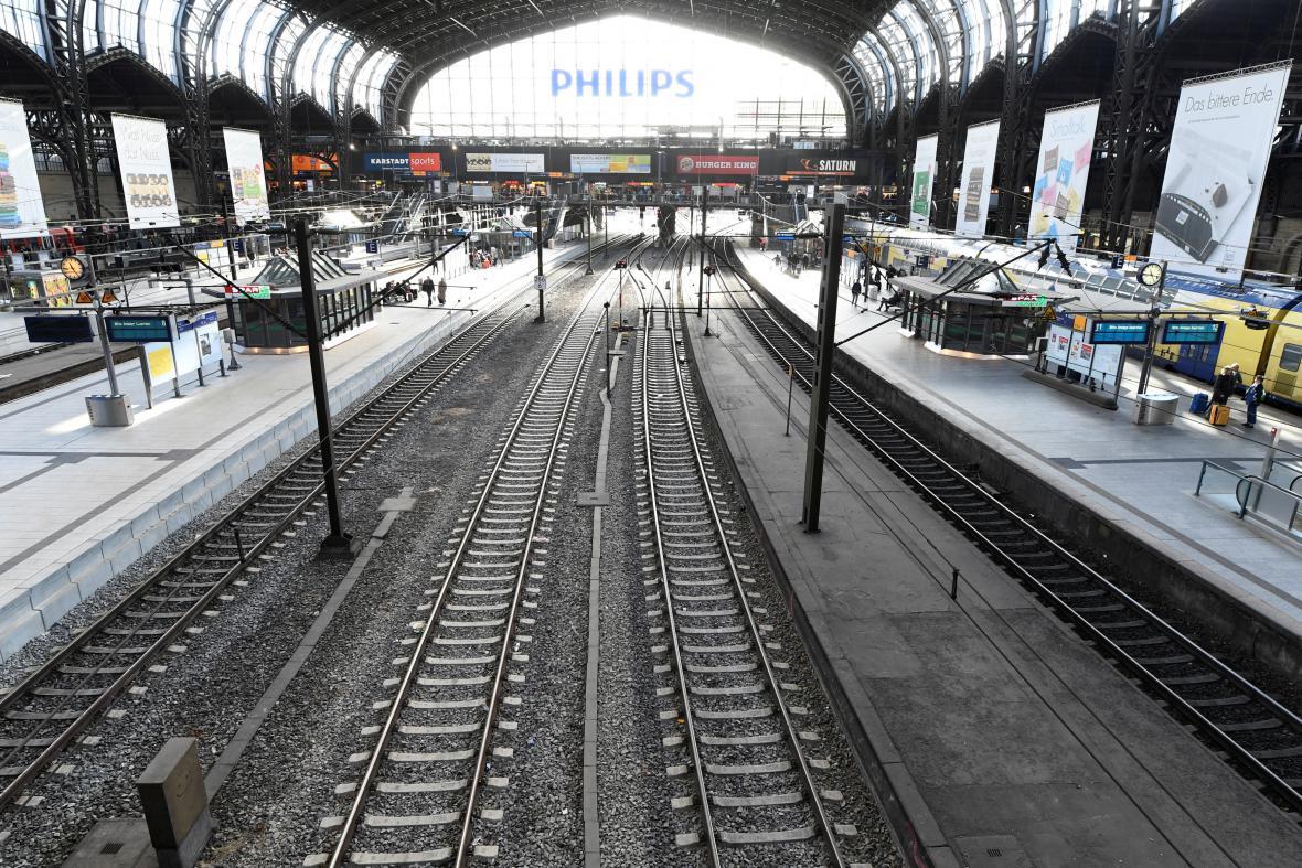 Prázdné nádraží v Hamburku během bouře Herwart