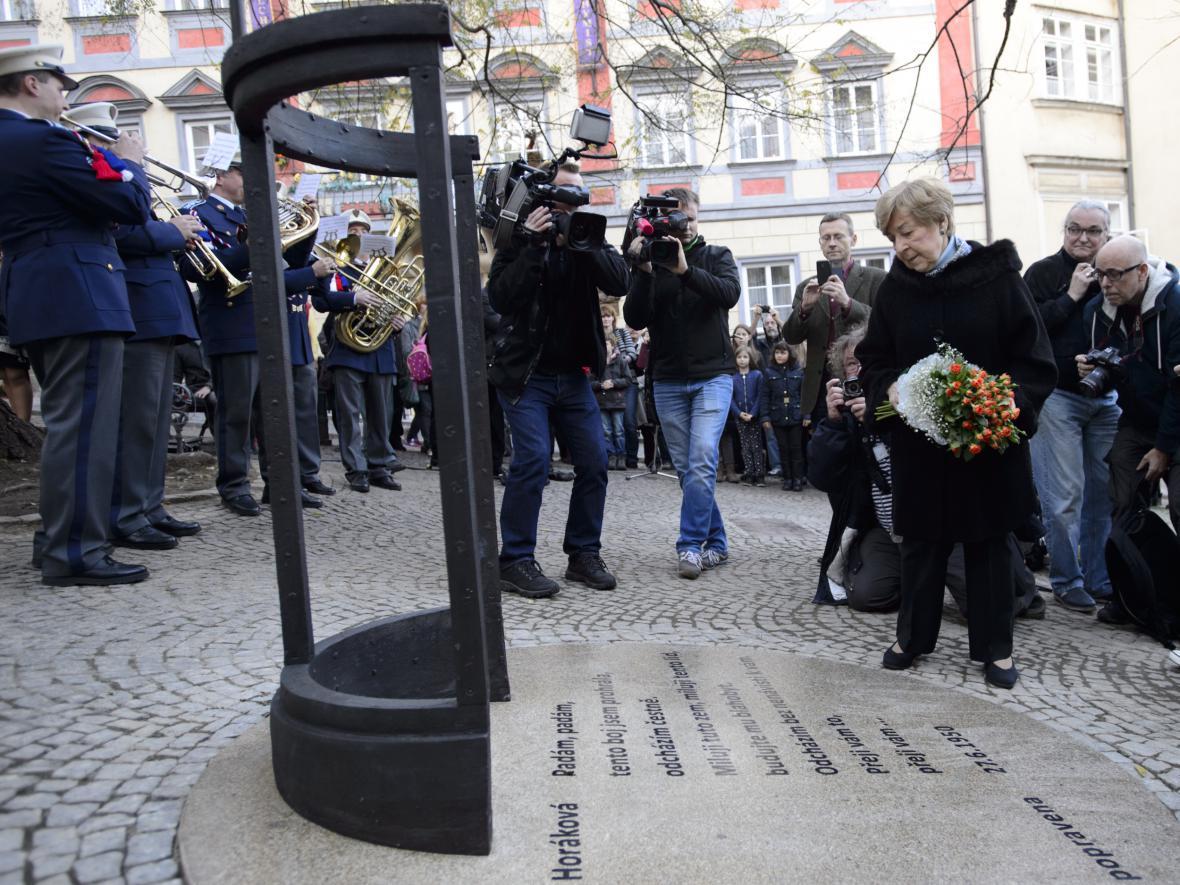 Jana Kánská při odhalení pomníku Milady Horákové u Poslanecké sněmovny