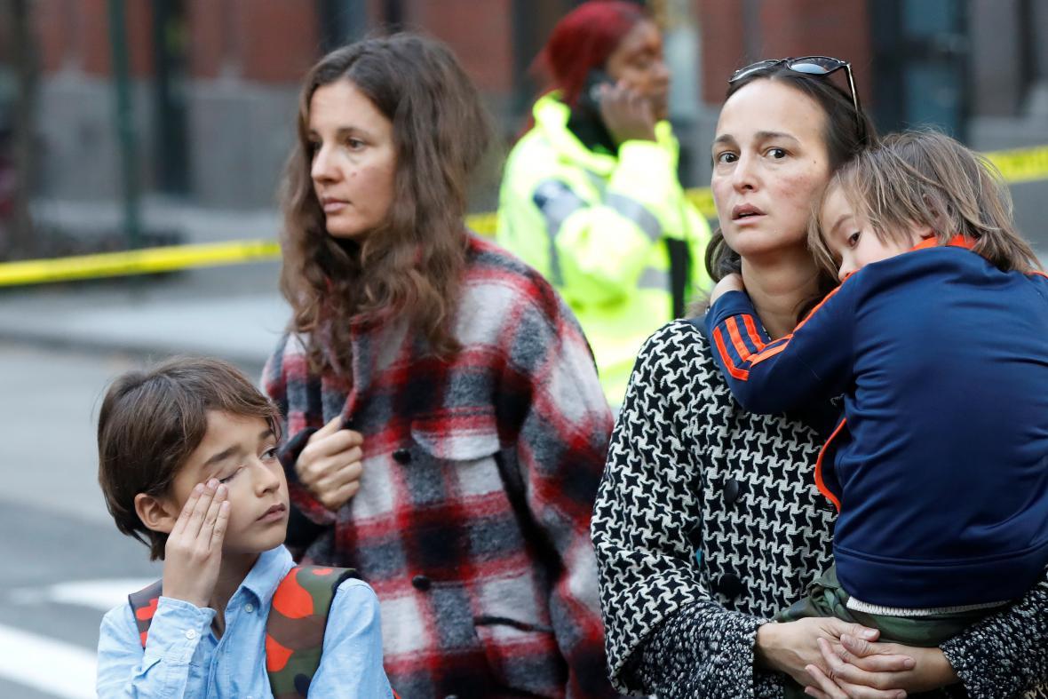Rodiče si krátce po útoku přišli vyzvednout děti z nedaleké školy