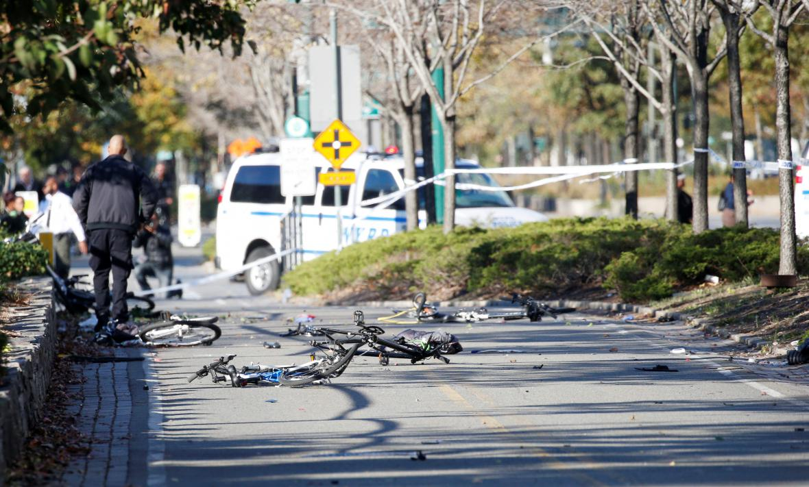 Zničená kola cyklistů na místě útoku