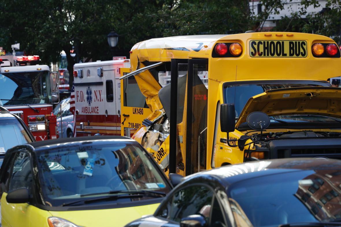 Několik lidí bylo zraněno i ve školním autobusu