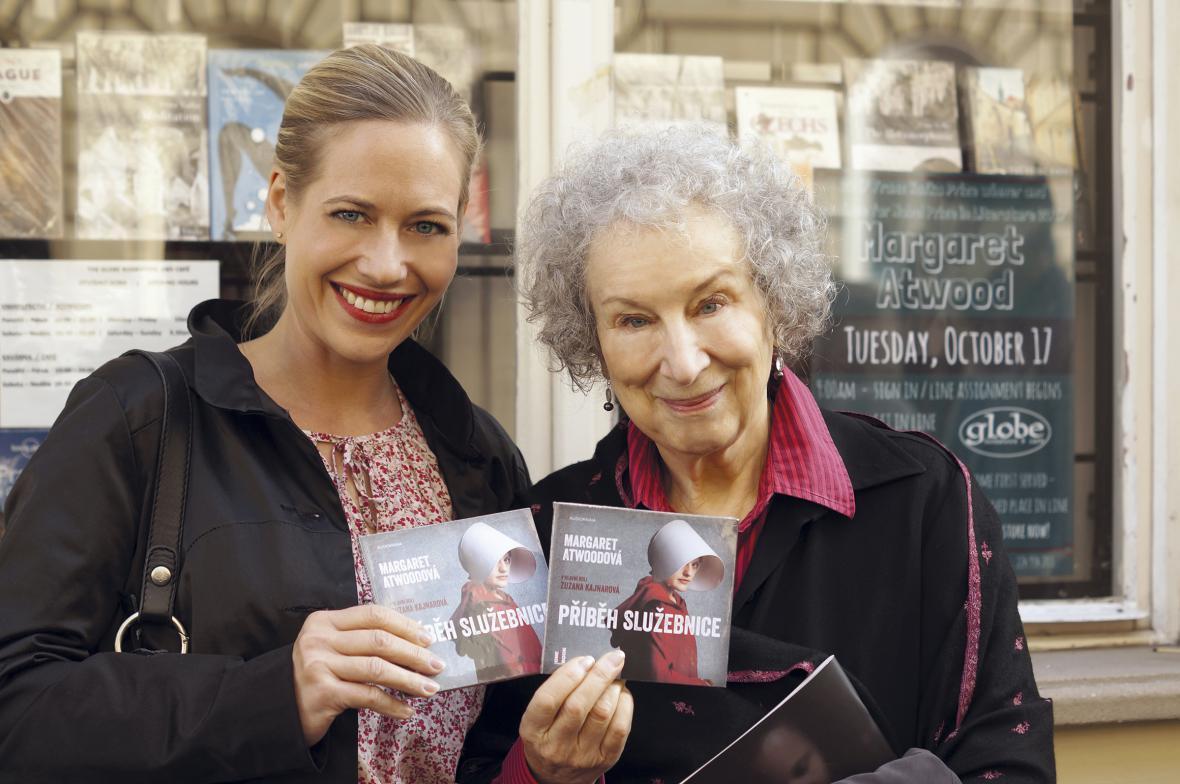 Zuzana Kainarová a Margaret Atwoodová s audioknihou Příběh služebnice
