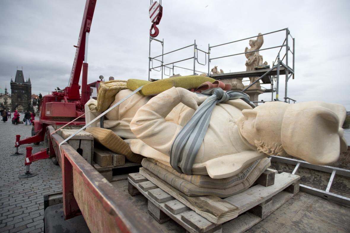 Umisťování kopie sochy sv. Františka Borgiáše na Karlův most