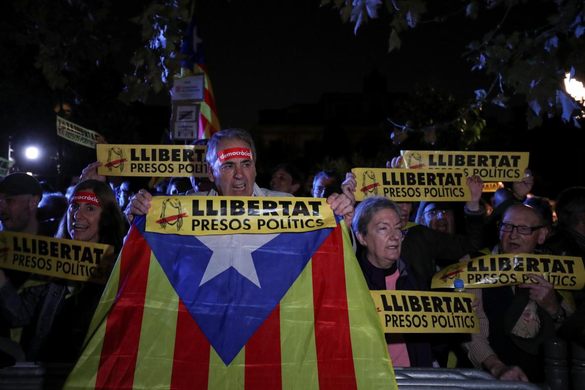 Protesty v Barceloně proti uvalení vazby na katalánské politiky