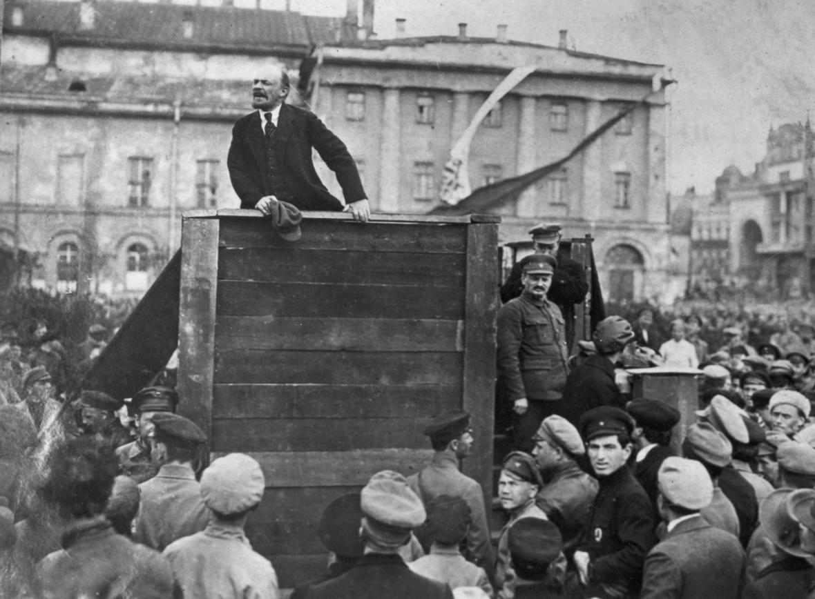 Lenin při projevu na nedatovaném snímku. Vpravo vedle tribuny Trockij, který byl později z fotografie vyretušován