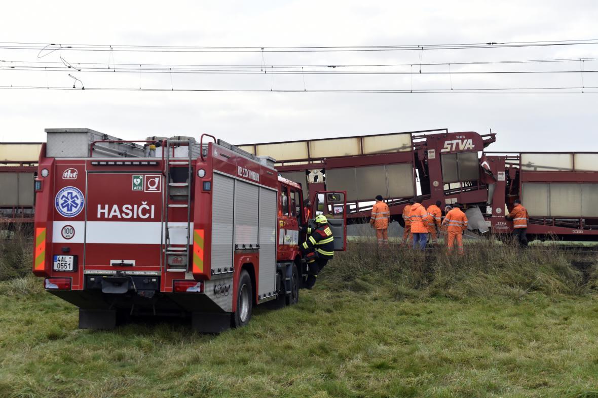 Srážka dvou nákladních vlaků a následné vykolejení jednoho z vagonů zastavily provoz na trati mezi Lysou a Kostomlaty nad Labem