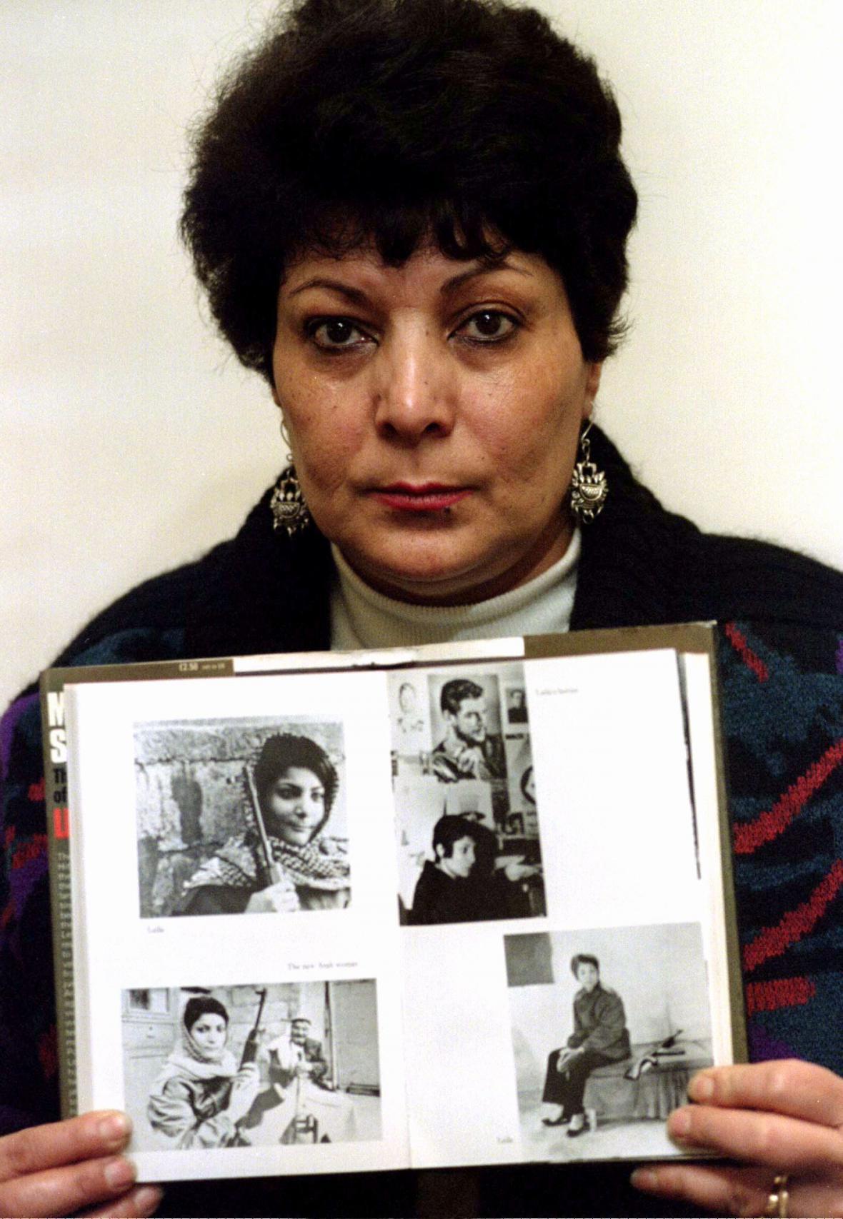 Leila Chálidová na snímku z roku 1996 pózuje se svými fotografiemi