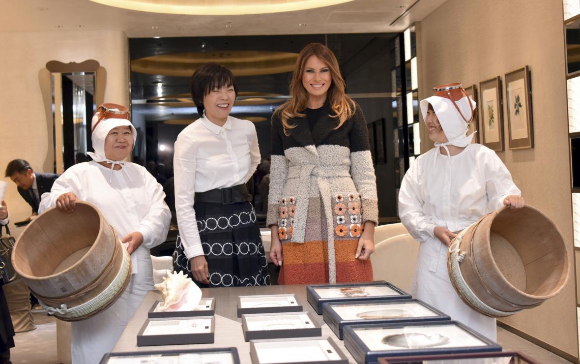 Akie Abeová a Melania Trumpová v obchodě s perlami