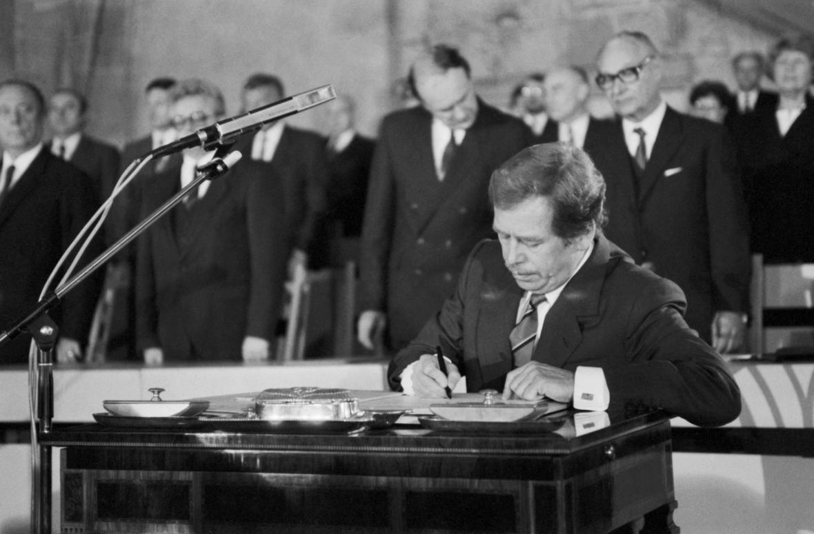 Václav Havel podepisuje prezidentský slib