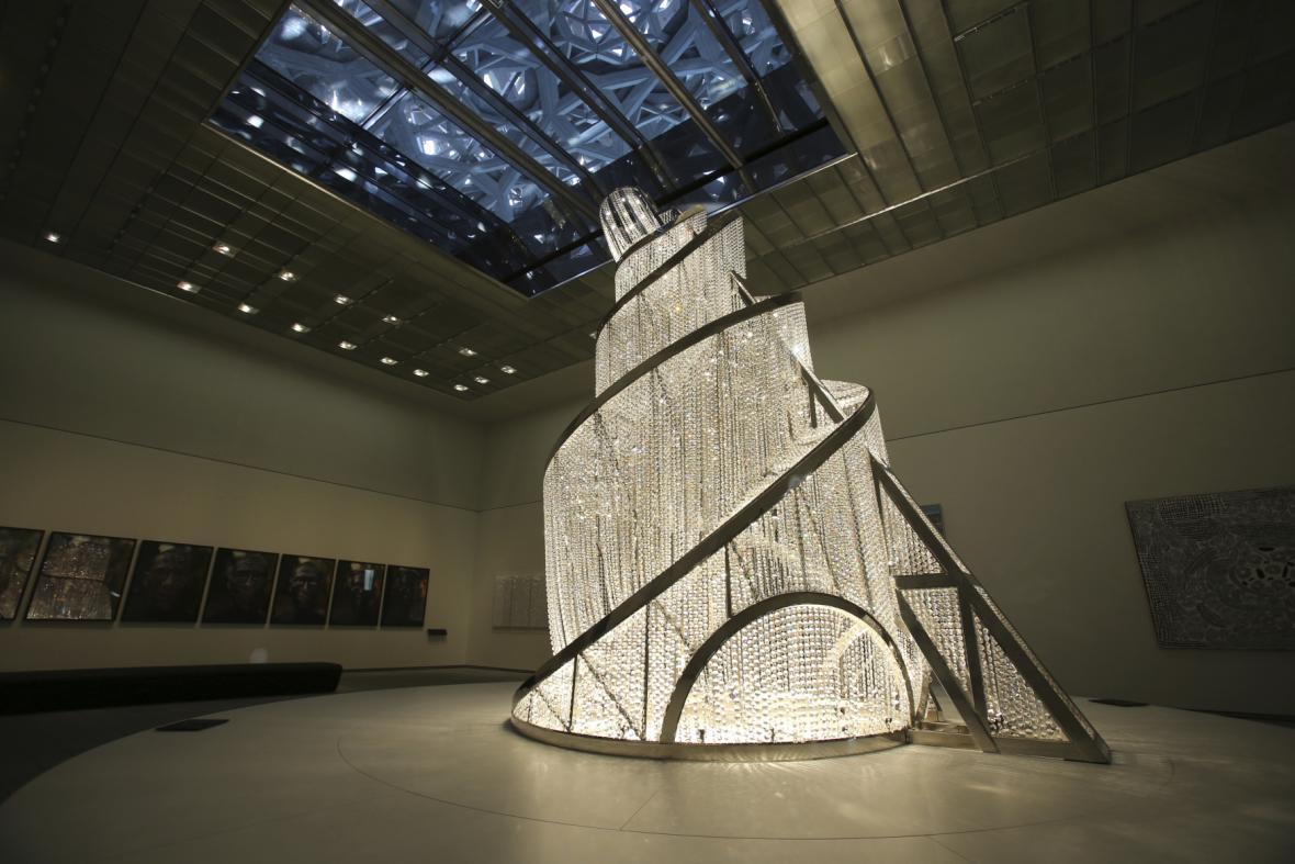 Fontána světla od Ai Weiweie uvnitř budovy