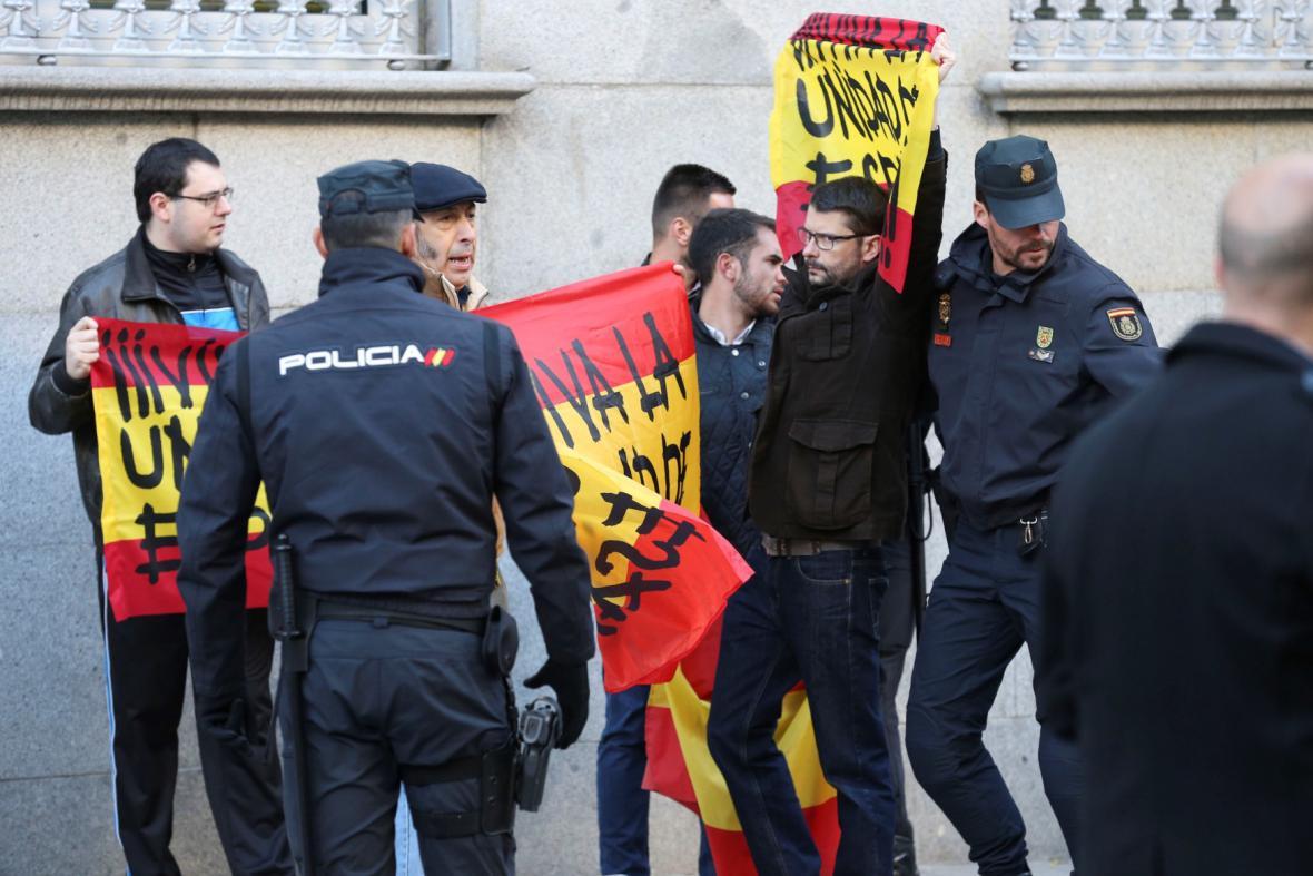 Před soudem čekali příznivci i odpůrci bývalého katalánského vedení