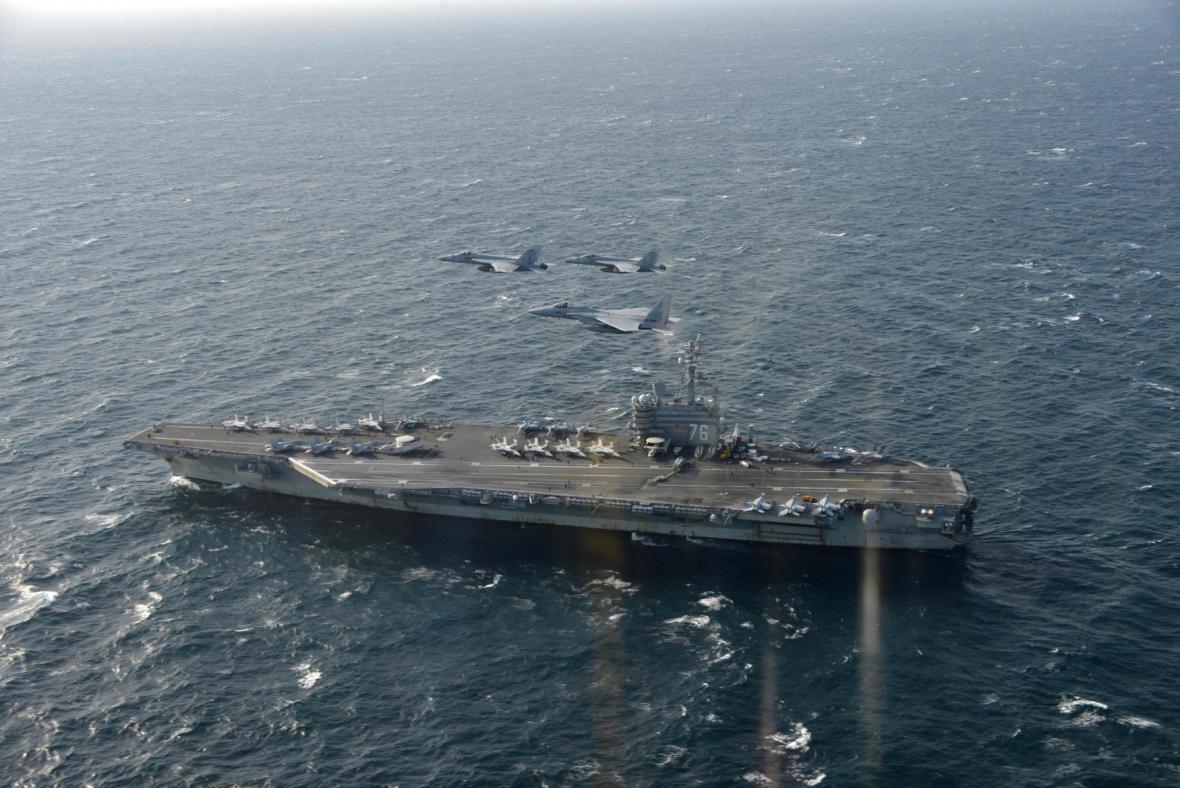 Letadlovou loď Ronald Reagan doprovází americká a japonská stíhačka