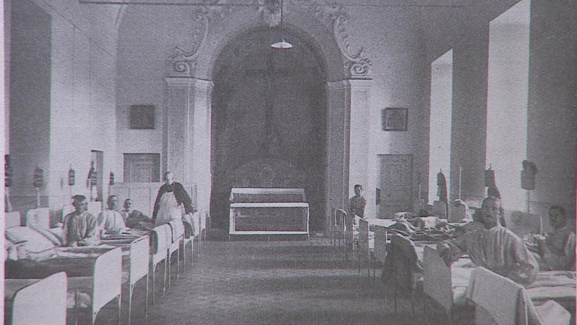 Historická fotografie: Pacienti v jediném sále nemocnice