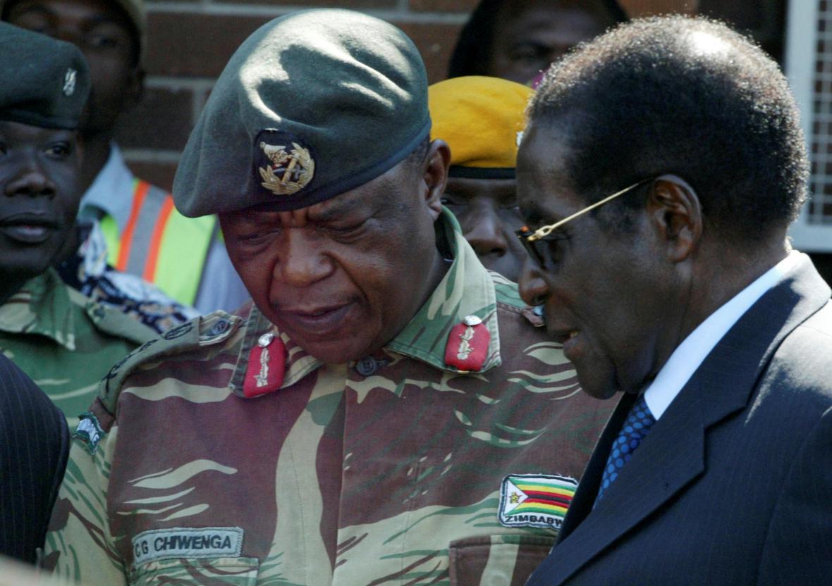 Prezident Zimbabwe Robert Mugabe s šéfem ozbrojených sil v Harare