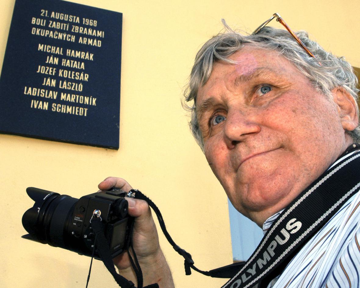 Fotograf Tibor Kováč v Košicích u pamětní desky obětem okupace města vojsky Varšavské smlouvy v srpnu 1968 (19. 8. 2004)