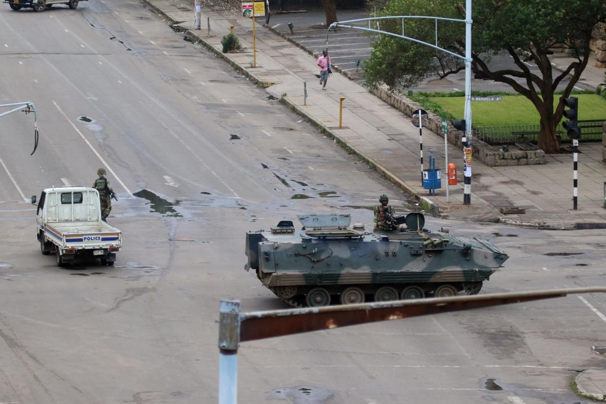 Vojáci zablokovali hlavní silnici vedoucí k prezidentské kanceláři