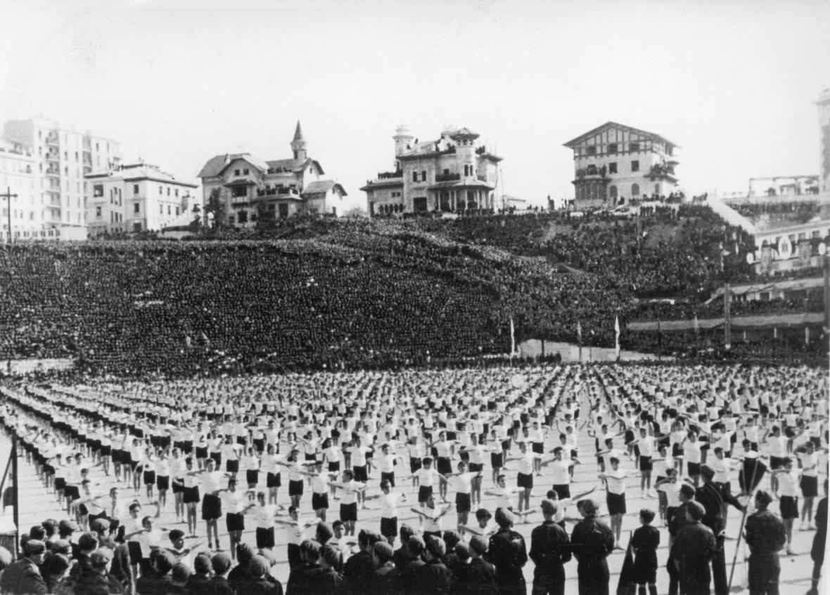 Manifestace mládežníků za účasti Franka v říjnu 1939