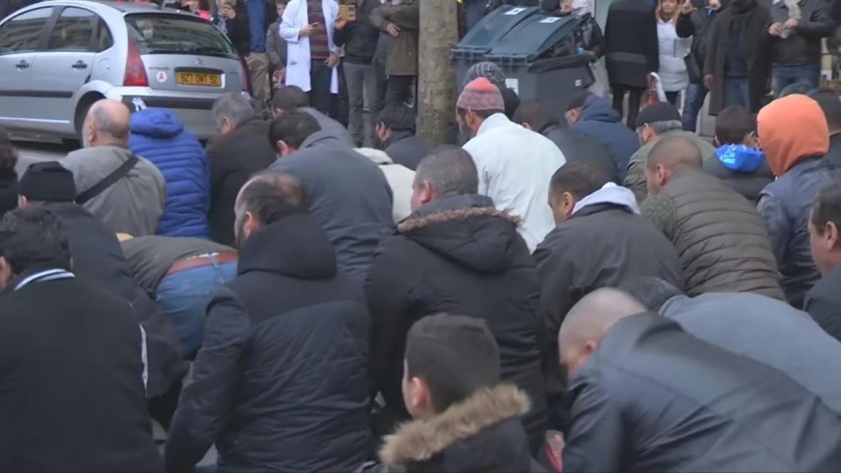 Muslimové se modlí přímo na ulici pařížského předměstí Clichy