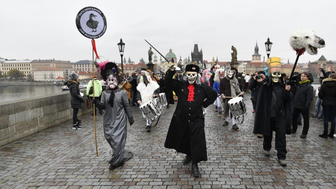Satirický karnevalový průvod Sametové posvícení prošel centrem Prahy
