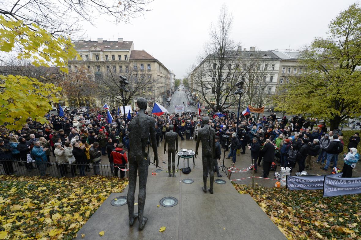 Demonstrace s názvem Pravda nemá alternativu u Pomníku obětem komunismu na pražském Újezdě
