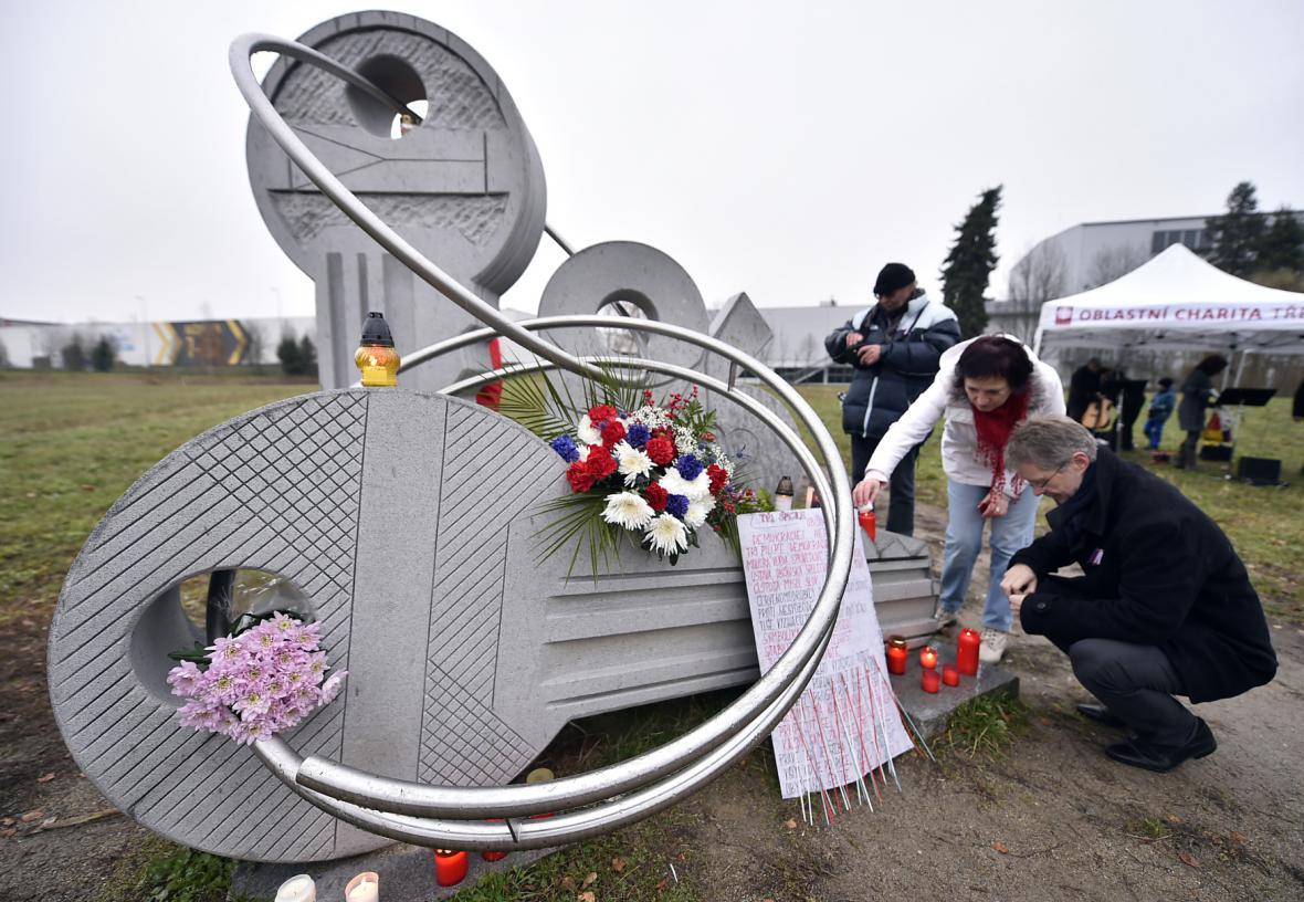 U památníku 17. listopadu v Jihlavě si lidé připomněli události roku 1989. Vpravo je senátor Miloš Vystrčil