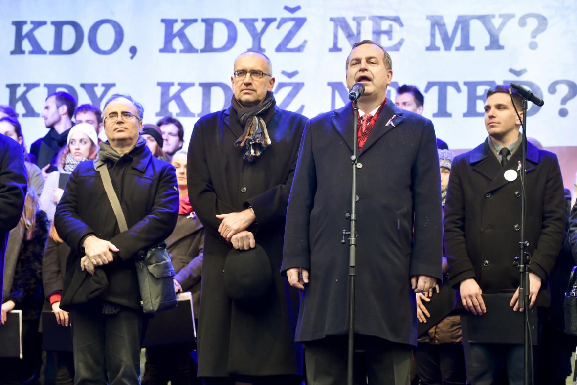 Na shromáždění na Albertově promluvili rektoři Masarykovy a Karlovy univerzity Mikuláš Bek a Tomáš Zima