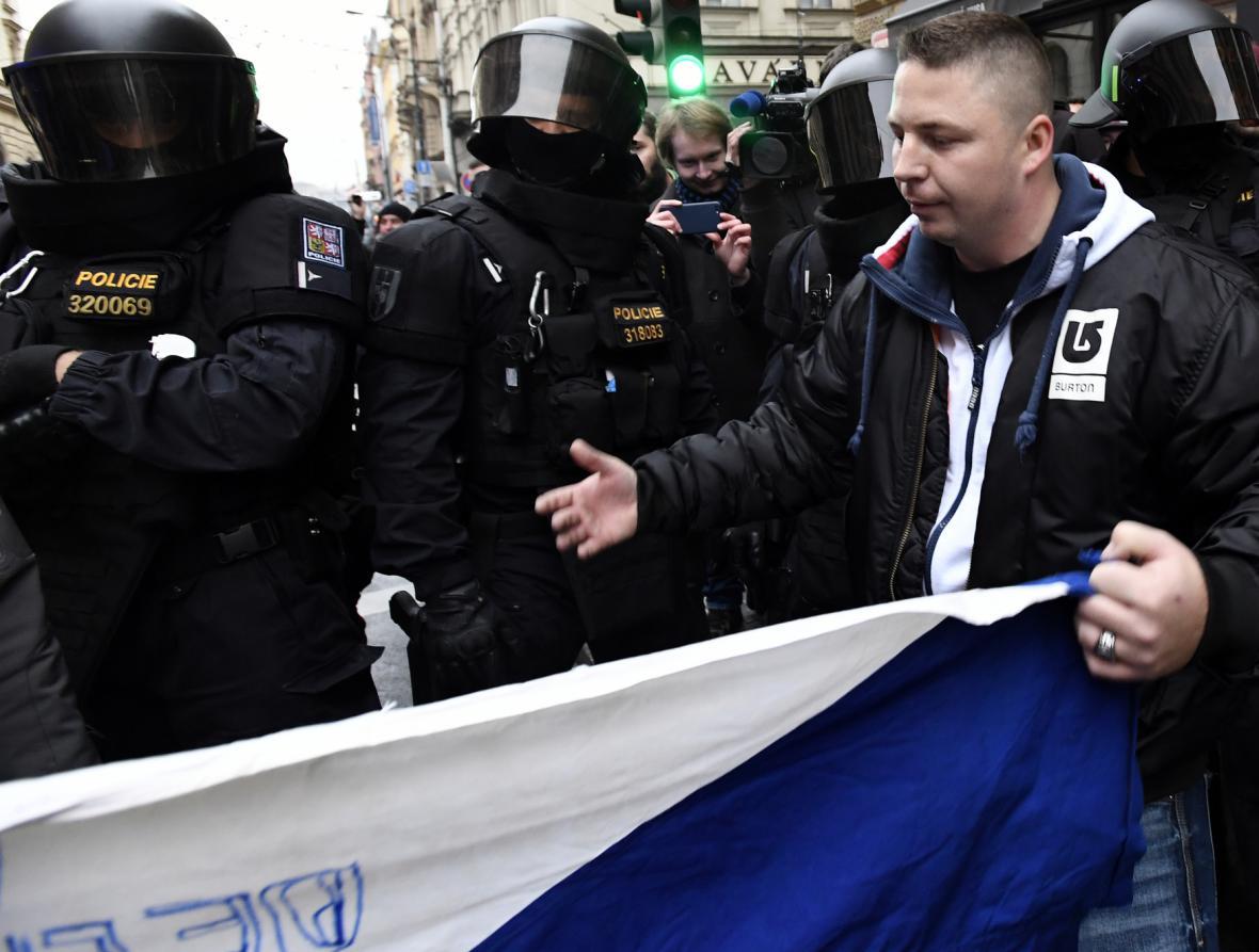 Účastníci průvodu DSSS v pražské Hybernské ulici