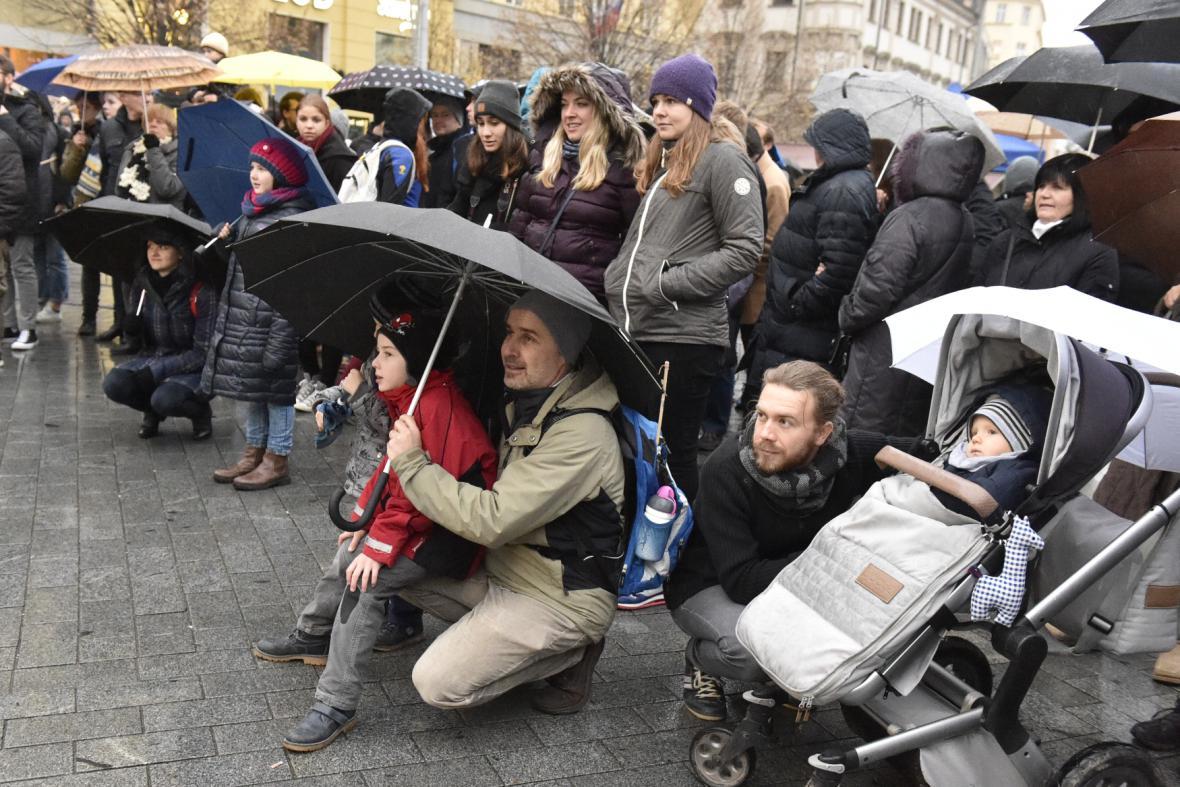 Stovky lidí přišly na náměstí Svobody v Brně