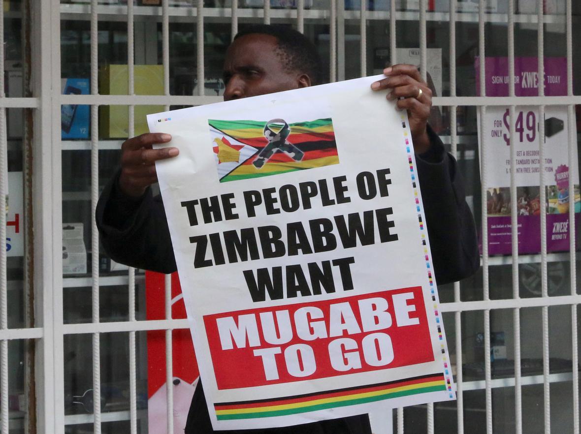 Mugabe musí jít, hlásá jeden z transparentů