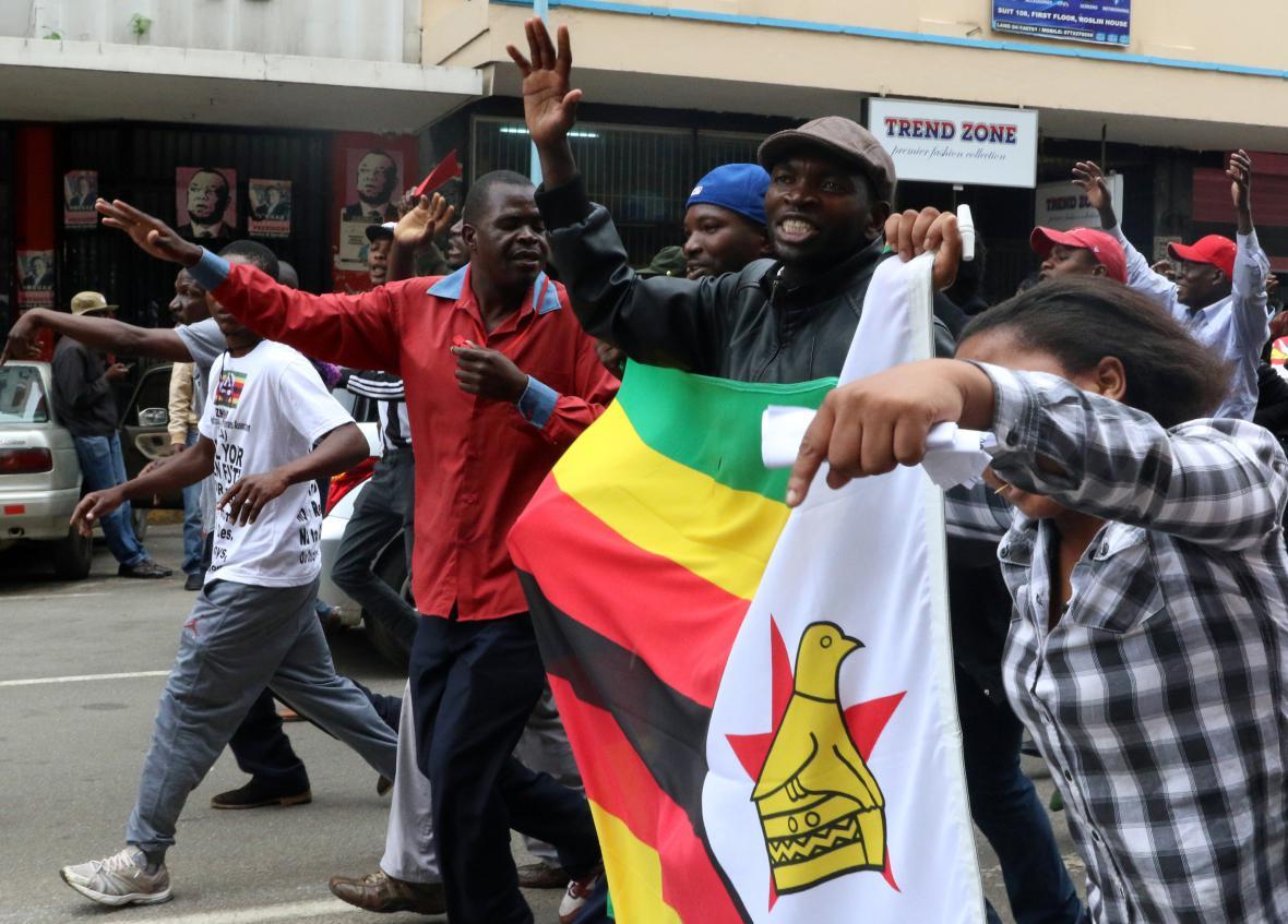 V Harare se oslavuje blížící se konec Mugabeho