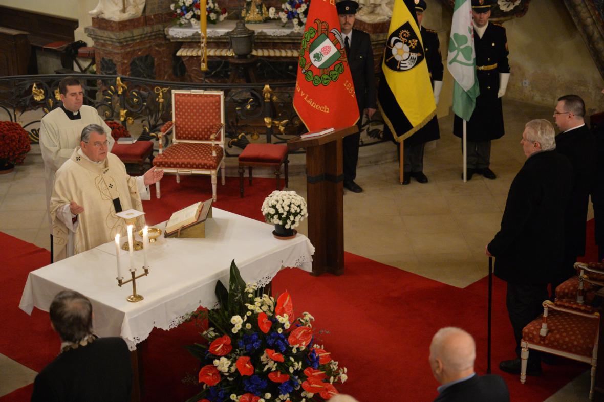 """Kardinál Dominik Duka sloužil v Lánech bohoslužbu """"za vlast a za prezidenta Miloše Zemana"""" (20. 11. 2015)"""