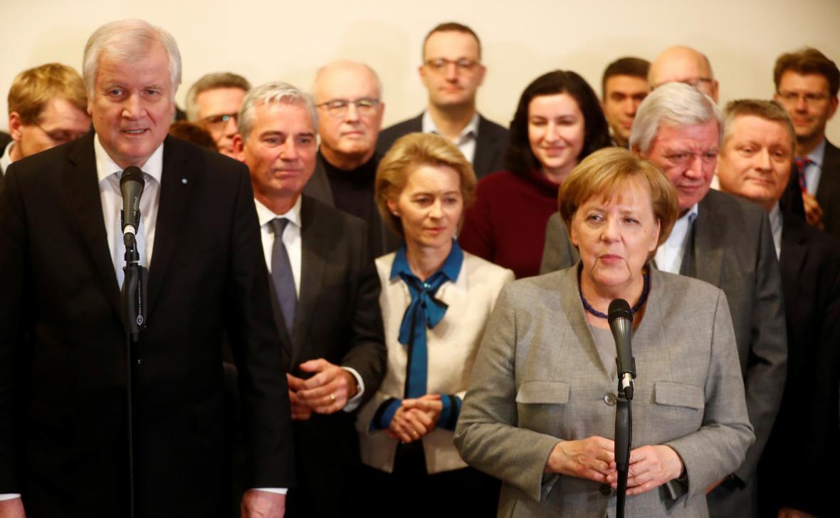 Horst Seehofer (CSU) a Angela Merkelová (CDU) mluví o neúspěšných jednáních o vládě