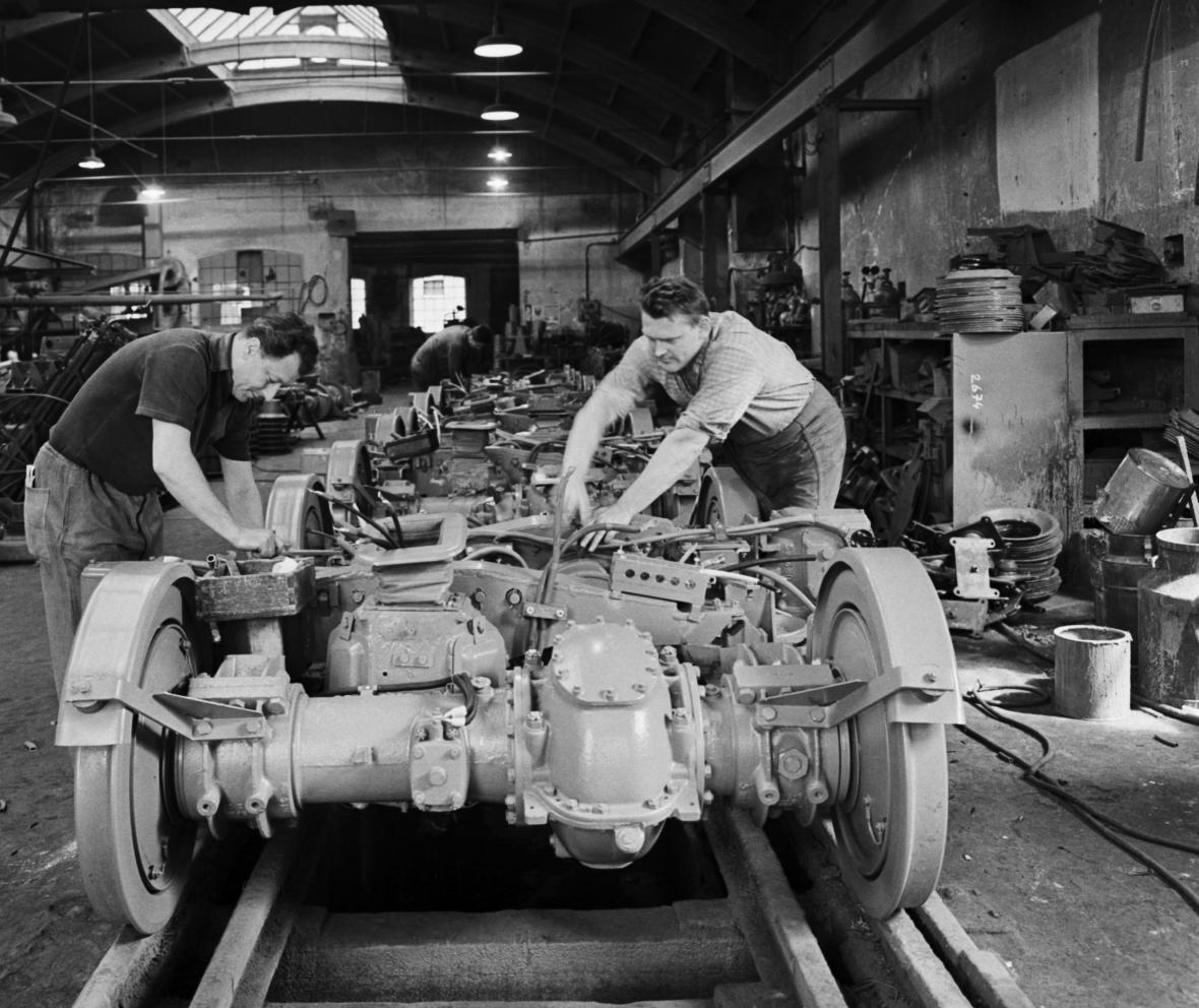 Práce na podvozku tramvaje T3 v roce 1963