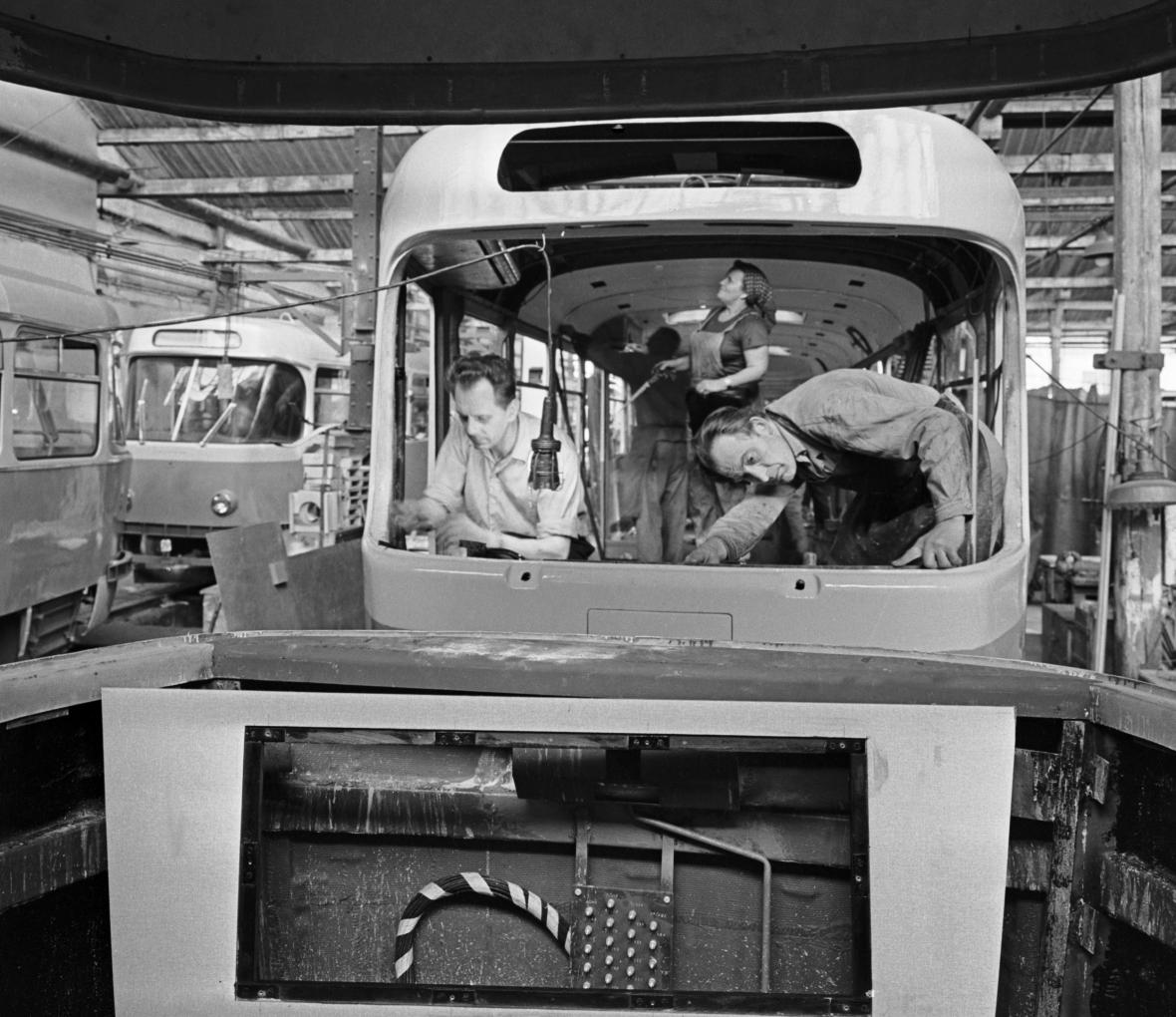 Montáže tramvají T3 na snímku z roku 1963