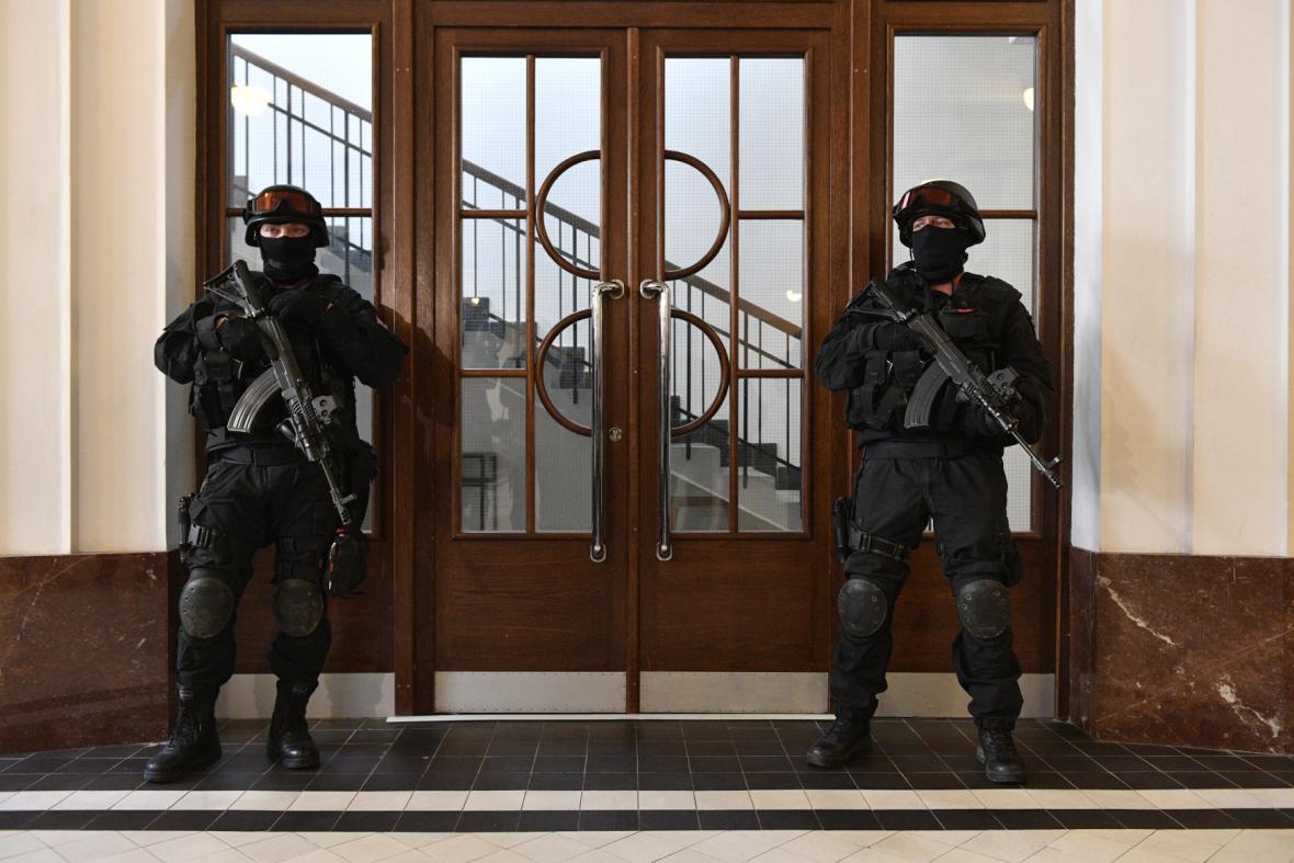 Ozbrojená eskorta na chodbě vrchního soudu, který projednával stížnost Jevgenije Nikulina
