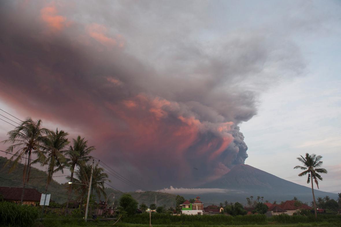 Dým stoupající ze sopky Agung