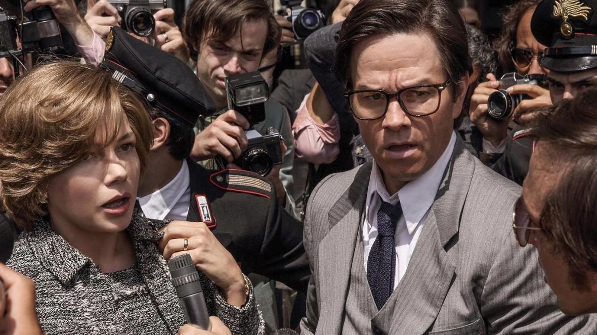 Michelle Williamsová a Mark Wahlberg ve filmu Všechny prachy světa