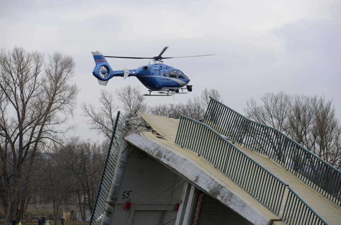 Do záchranné akce po zřícení trojské lávky byl zapojen i vrtulník
