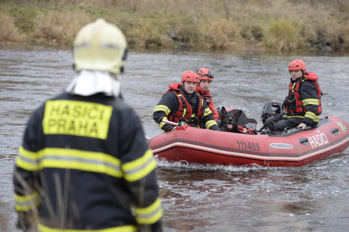Záchranáři prohledávali hladinu Vltavy po zřícení lávky