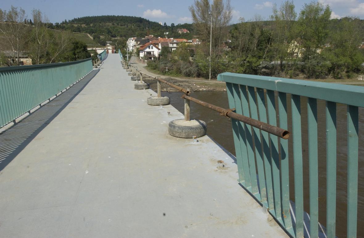 Trojská lávka po povodni v roce 2002