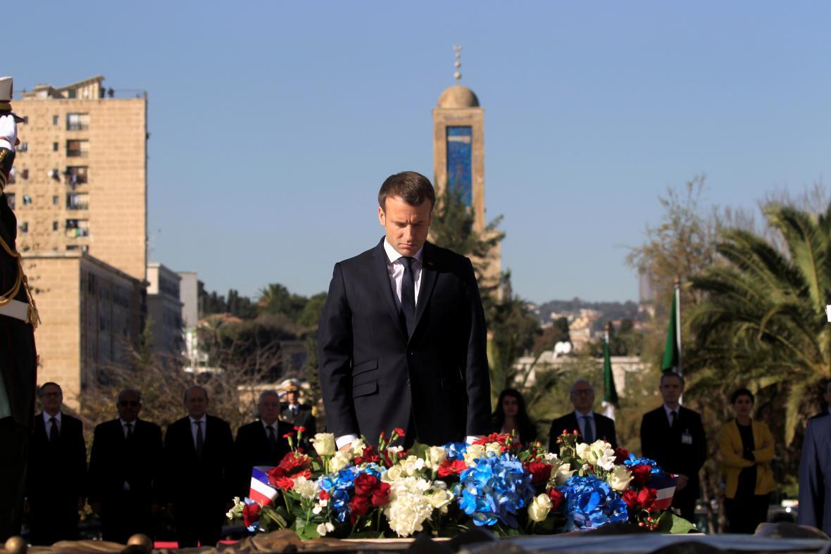 Emmanuel Macron u Památníku mučedníků v Alžíru