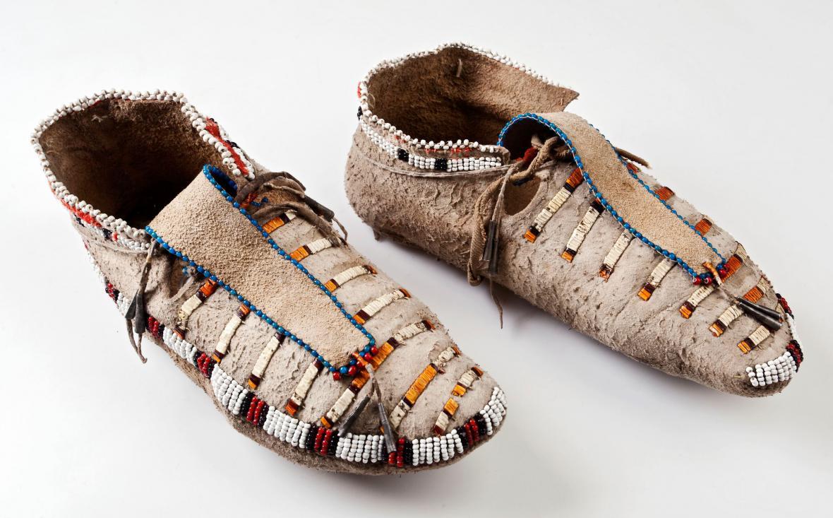 Mokasíny zdobené výšivkou z barvených urzoních ostnů a korálků, Dakotové (Minnesota)