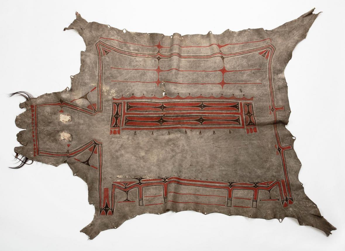 Ženský plášť z kůže bizoního telete zdobený symbolickými ornamenty, Dakotové (Minnesota)