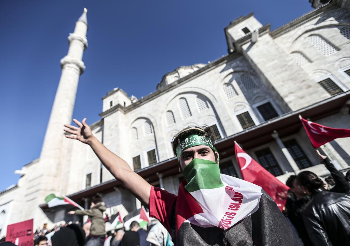 Protest proti Trumpovi v tureckém Istanbulu