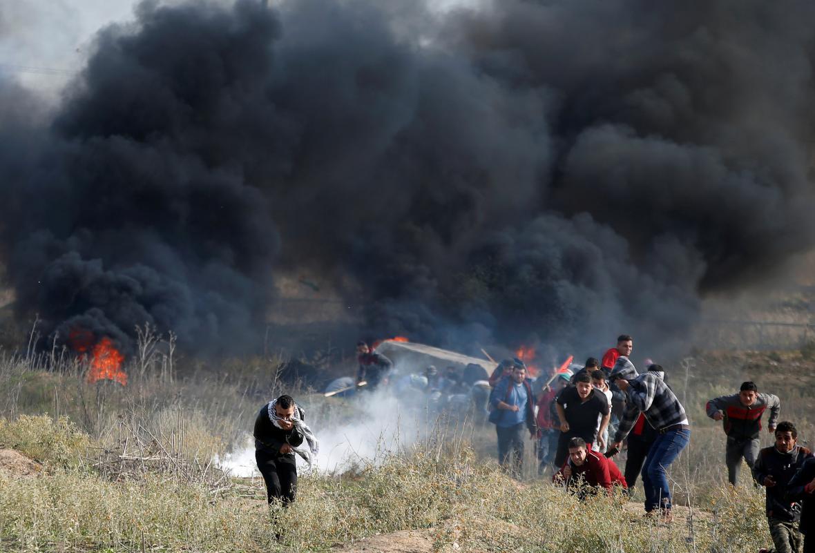 Střety Palestinců s izraelskými silami u hranic s Gazou