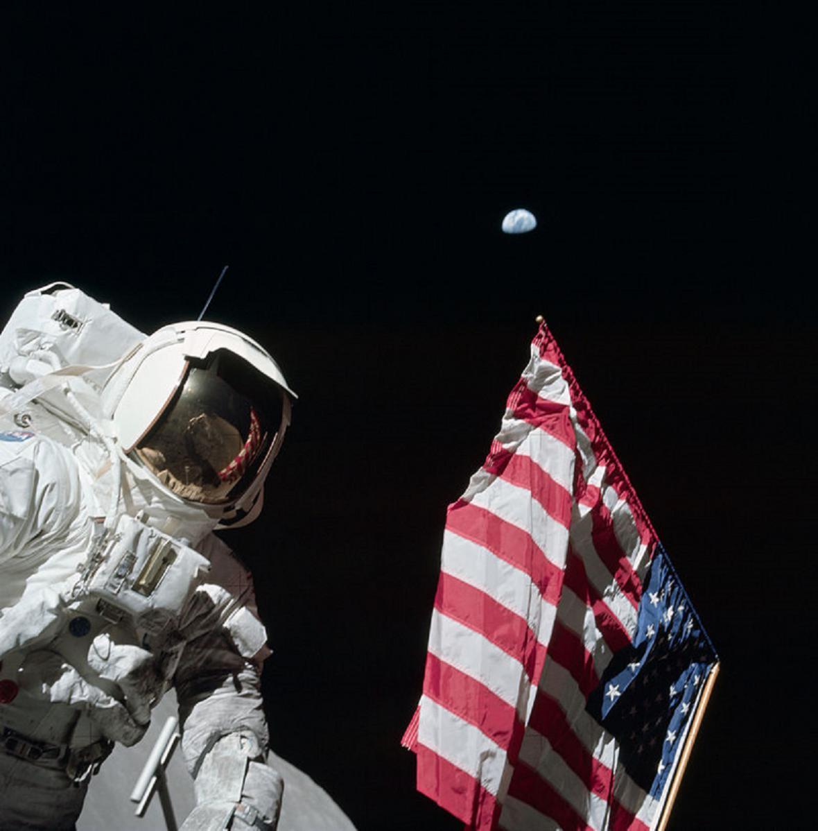 Harrison Jack Schmitt s americkou vlajkou ve vesmíru