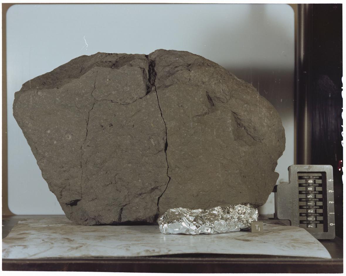 Vzorek měsíční horniny, který vzali američtí astronauti na setkání s prezidentem Trumpem