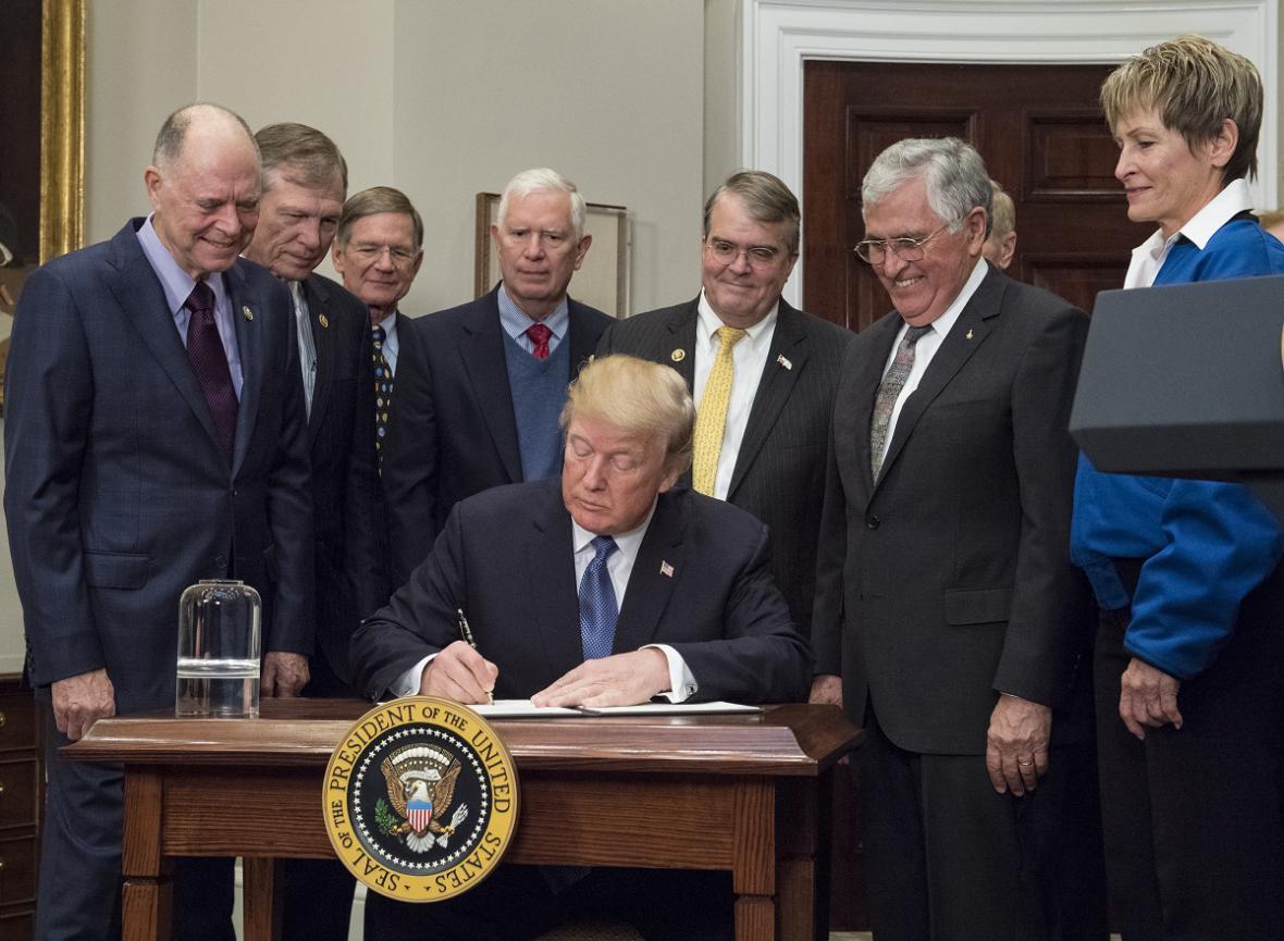 Podpis dekretu o americkém návratu na Měsíc